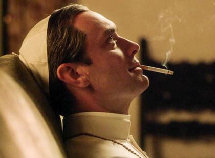 Kontrowersyjny serial z Jude'em Law o młodym papieżu obejrzą tylko widzowie 16+