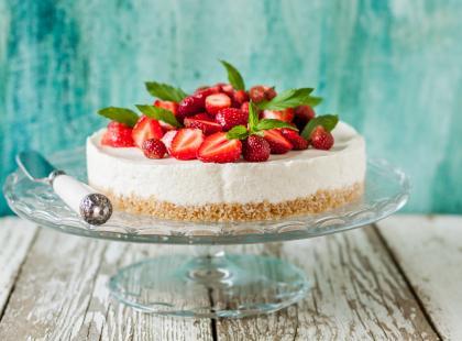Kremowy tort z truskawkami i ponczem cytrynowym