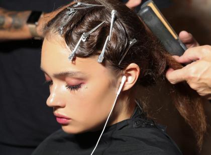 Krótkie, sterczące włoski psują ci każdą fryzurę? Zobacz jak je poskromić!