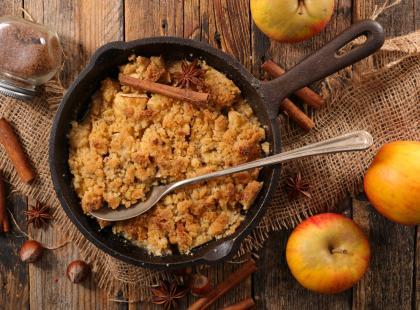 Kruche ciasto jabłkowo-budyniowe z pianką i kruszonką