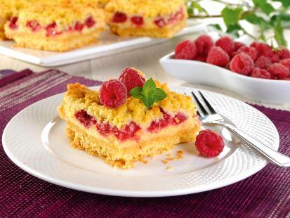 Kruche ciasto z malinami i pianką