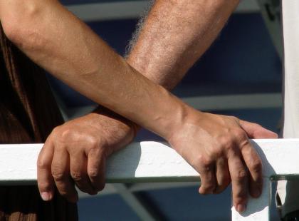 Krzyżowanie rąk pomaga złagodzić ból