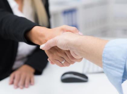 """Kto jako pierwszy powinien zaproponować przejście na """"ty""""? Szef czy pracownik?"""