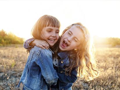 Kto ma siostrę, jest szczęściarzem! Są dowody naukowe – posiadanie siostry sprawia, że stajesz się lepszym człowiekiem