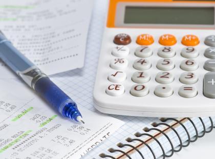 Kalkulator, paragony, długopis.