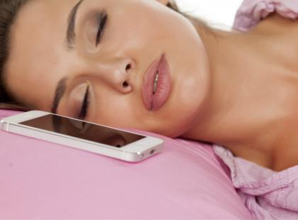 Kto śpi z telefonem przy twarzy - ręka do góry! Cóż, lepiej tego nie robić...