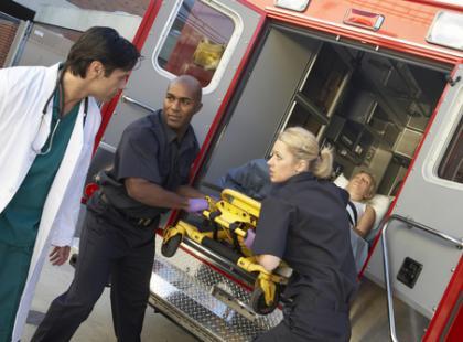 Kto wymaga natychmiastowej pomocy po wypadku?