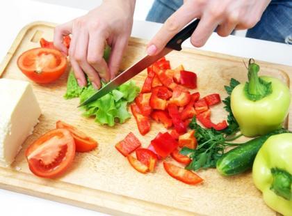 warzywa, krojenie, jedzenie, przygotowywanie potraw, kuchnia, sałatka, zdrowe żywienie, wegetarianizm/ fot. Fotolia