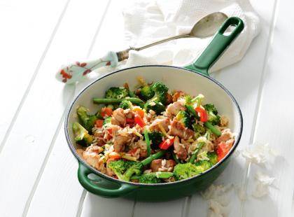 Kurczak z ryżem, kolorową papryką i dymką