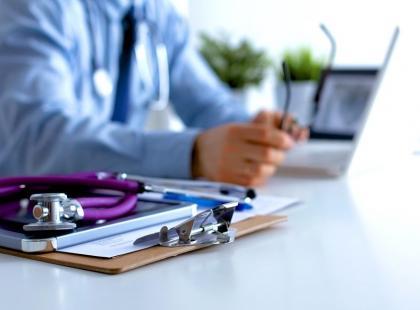 Leczenie prywatne czy opieka w ramach NFZ – co wybrać?