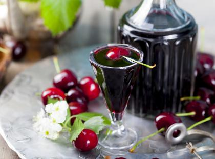Lekko kwaskowa i aromatyczna - sprawdź przepisy na letnią nalewkę z wiśni