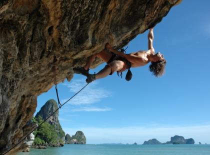 Letnia wspinaczka skałkowa – poradnik