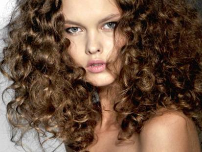 Letnie fryzury: Kobiece loki