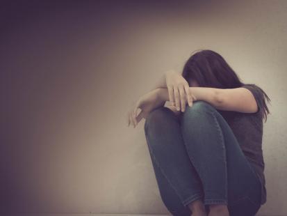 """""""Leżał na niej i, przytrzymując, próbował zgwałcić"""". Dlaczego zaatakowanej kobiecie nikt nie chciał pomóc?"""