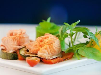 Łosoś na parze z grillowanymi warzywami – przepis