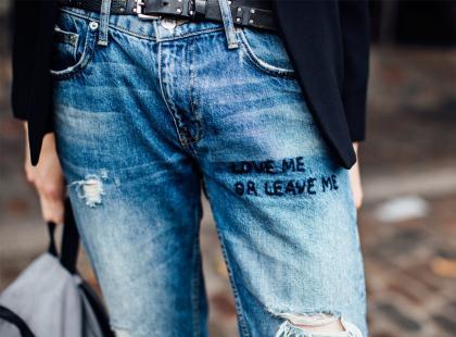 Lubisz nonszalancki styl? Postaw na modne jeansy z dziurami