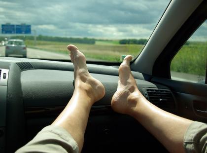 Lubisz w czasie jazdy samochodem trzymać nogi na desce rozdzielczej? To bardzo niebezpieczne. Zobacz czym grozi!