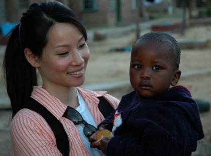 Lucy Liu pomaga głodnym dzieciom