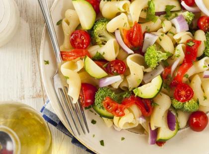 Makaronowa sałatka z warzywami