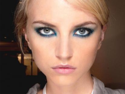 Makijaż na wiosnę 2012: Niebieskie smoky eyes