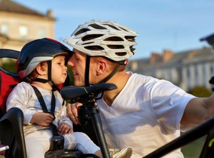 Małe dzieci nie powinny jeździć w fotelikach rowerowych? Fizjoterapeuta ostrzega!