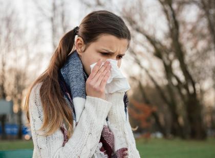 Masz wodnisty katar? To może być objaw przeziębienia, ale też alergii. Sprawdź, jak je odróżnić