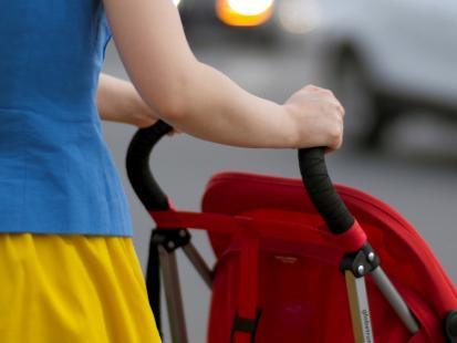 """Matka z dwójką dzieci i wózkiem utknęła bez żadnej pomocy na skrzyżowaniu. """"Samodzielnie nie jestem w stanie dostać się na przystanek"""""""