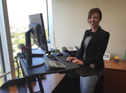 Matka, żona, członek zarządu międzynarodowej firmy, pracuje przy stojącym biurku i oczywiście jest Polką