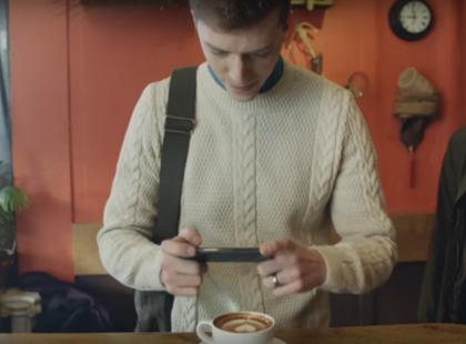 McDonald's to ma poczucie humoru! W tej reklamie śmieje się z hipsterskich miłośników kawy, cynamonowego cukru i ciastek za 20 zł