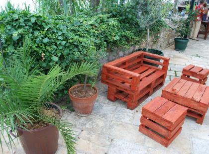 Meble ogrodowe drewniane z rodzimej sosny, akacji czy może z teaku? Zobacz, które warto kupić