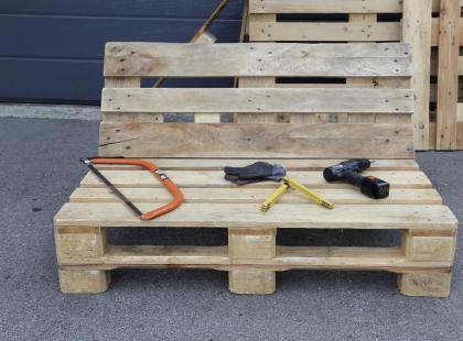 Meble ogrodowe z palet – czym malować, by długo służyły?
