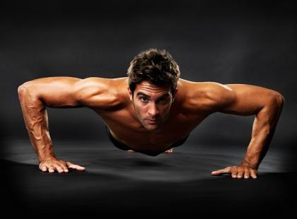 mężczyzna, ćwiczenia, pompki, sport, aktywność fizyczna, macho/ fot. Fotolia