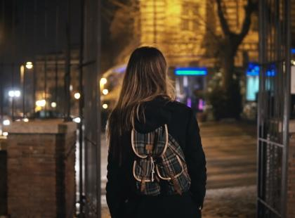 Mężczyzna zaatakował na ulicy 14-letnią dziewczynkę. Powód? Ciemny kolor skóry