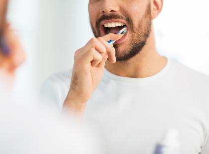 Mężczyźni, którzy nie myją regularnie zębów, mogą mieć problemy w łóżku