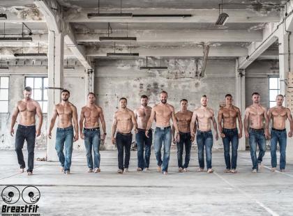Mężczyźni rozebrali się do kalendarza, by ratować kobiece piersi. Bo kobiecy biust to też męska sprawa