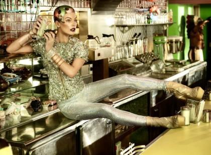 Milla Jovovich dla Harper's Bazaar - stylizacja z przyszłosci