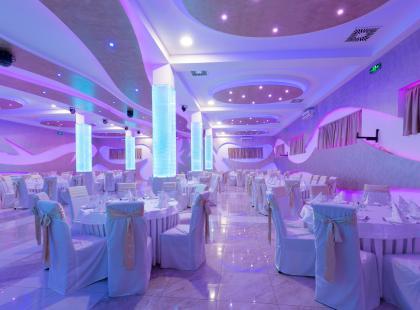 Minimalistyczne dekoracje sali weselnej to rozwiązanie nowoczesne, eleganckie  i oszczędne!