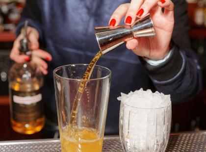 Mnisi nazywali ją wodą życia, dziś spożywana jest głównie dla przyjemności. Jeśli lubisz whisky, to ta historia cię zadziwi