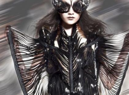 Moda na mumie i futuryzm. Iris Van Herpen