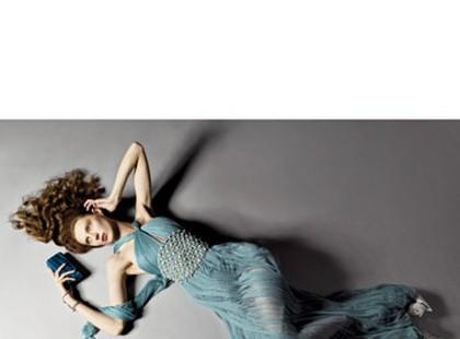 """Modelki na ziemi. Nowa """"leżąca"""" moda projektantów"""
