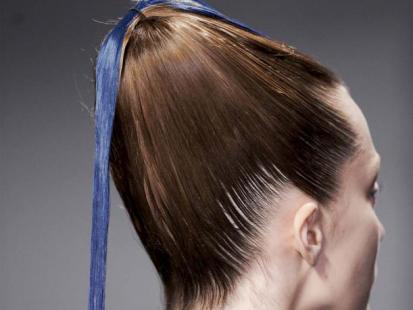 Modna fryzura: Upięcie z kolorowym pasmem