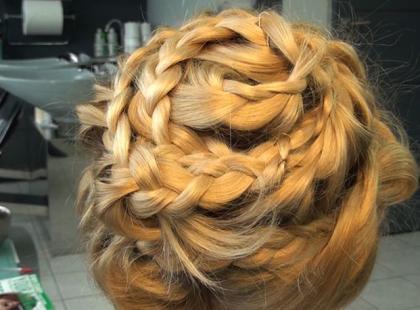 Modna fryzura z warkoczy z pokazu Fatimy Lopes