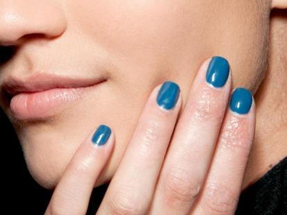 Modny manikiur: Lazurowe paznokcie