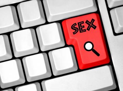 Mój partner woli porno niż seks ze mną! Co robić?