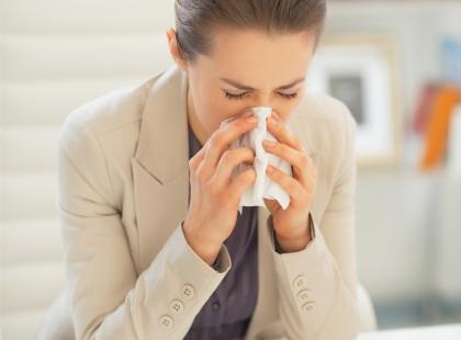 """Mówisz """"na zdrowie"""", gdy ktoś kichnie? BŁĄD! Oto 3 zasady etykiety, o których już dawno nikt nie pamięta..."""