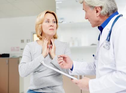 Może oznaczać nadwyrężenie głosu, zapalenie krtani, a nawet raka. Co robić, gdy pojawi się chrypka bez bólu gardła?