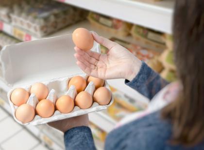 Może powodować bóle brzucha, wymioty, pokrzywkę i obrzęki. Jak rozpoznać alergię na jajka?