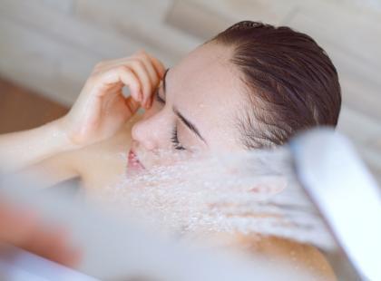 Może wyda ci się to dziwne, ale mycie twarzy pod prysznicem jest zabójcze dla cery. Dlaczego i czym grozi?