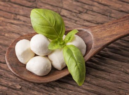 Mozzarella i feta - jak kaloryczne są te sery?