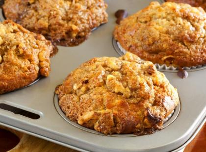 Muffinki z bakaliami w formie do pieczenia.
